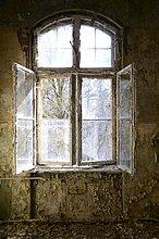 Fenster in einem heruntergekommenen Gebäude
