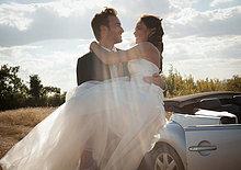 Außenaufnahme ,tragen ,Braut ,Bräutigam ,Hochzeit ,freie Natur