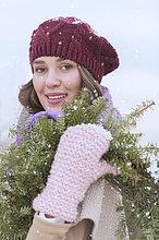 Portrait ,Frau ,tragen ,Hut ,Schal ,Handschuh ,jung ,Blumenkranz, Kranz ,Kleidung ,stricken ,Tanne