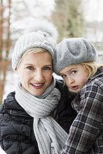 tragen ,Tochter ,Mutter - Mensch ,Schnee