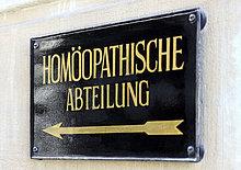 Metallplakettenlesung'Homöopathische Abteilung' auf Deutsch