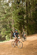 Paar Radfahren im Wald