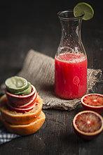 Flasche Saft mit Blutorangen auf dem Tisch, Nahaufnahme