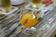Mispelchen, Marillenschnaps im Cognacglas