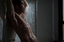 Mittlerer Erwachsener Mann beim Duschen