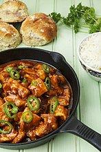 Scharfes Putengulasch in der Pfanne mit Reis & Brötchen