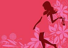 Glamouröse Frau hält einen High Heel vor pinkfarbenem Blumenmuster