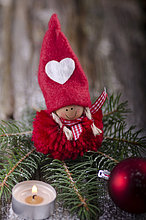 Weihnachtsschmuck auf Tannenzweig