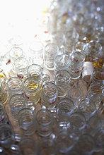 Massen von leeren ausgetrunkenen Maßkrügen Oktoberfest München