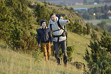 Vater wandert mit Sohn
