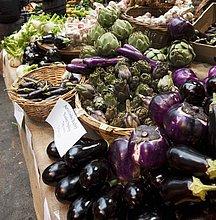 Auberginen und Artischocken auf dem Markt
