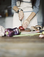 Frau ,Frische ,Messer ,Küche ,Gemüse ,hoch, oben ,jung ,hacken ,Tisch