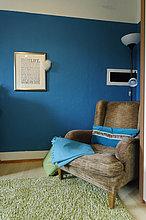 Ecke, Ecken ,Farbaufnahme, Farbe ,stehend ,Wand ,Stuhl ,Zimmer ,frontal ,blau ,Wohnzimmer