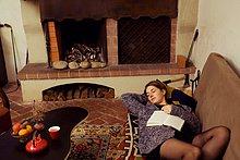 liegend, liegen, liegt, liegendes, liegender, liegende, daliegen ,Frau ,Couch ,Buch ,schlafen ,jung ,Taschenbuch