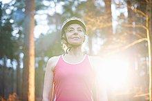Portrait einer reifen Frau mit Fahrradhelm