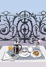 Frühstück und Handy auf einem eleganten Balkontisch für zwei