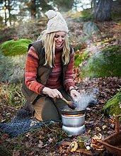 Frau ,Wald ,reifer Erwachsene, reife Erwachsene ,Braten ,Schweden