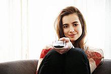 Teenagermädchen beim Fernsehen auf dem Sofa