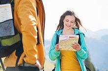 Frau ,sehen ,Landkarte, Karte ,Mittelpunkt ,Erwachsener