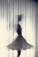 junge Frau,junge Frauen,Silhouette,tanzen,weiß,frontal