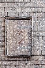 Fenster mit Herz und Raureif am Münchner Haus auf der Zugspitze, Bayern, Deutschland, Europa
