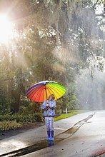 hoch,oben,sehen,tragen,Junge - Person,Regenschirm,Schirm,Straße