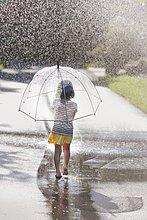 tragen,gehen,Regenschirm,Schirm,Straße,Pfütze,barfüßig,Rückansicht,Ansicht,Mädchen