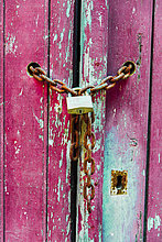 Schloss an einer Kette, Holztür