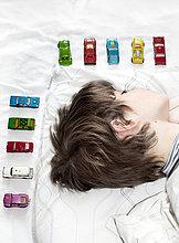 Junge - Person,Auto,schlafen,Spielzeug