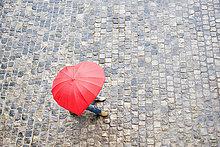 hoch,oben,Form,Formen,Europäer,gehen,Regenschirm,Schirm,unterhalb,Ansicht,Flachwinkelansicht,herzförmig,Herz,Winkel