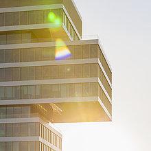 Deutschland, Renningen, Fassade des Zentrums für Forschung und Vorausentwicklung im Gegenlicht