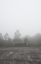 Spanien, Galizien, Valdovino, schlammiger Fußballplatz an einem regnerischen und nebligen Tag