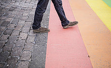 Mann,gehen,Straße,Fahne,streichen,streicht,streichend,anstreichen,anstreichend,Niederlande,Regenbogen