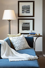 Blaue Chaiselongue im eleganten Wohnzimmer