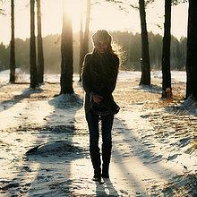 stehend,Europäer,Frau,Schnee,Wald