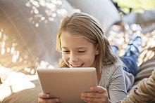 Außenaufnahme,benutzen,Tablet PC,Mädchen,freie Natur