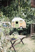 Wohnwagen-Vogelhäuser in einem Baum hängend