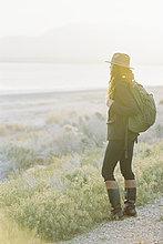 Rucksack,stehend,Frau,tragen,Hut,Weg,Tal,See,Ignoranz,Kleidung