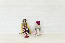 sitzend,sprechen,Wand,weiß,2,jung,Mädchen