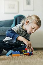 sitzend,Interior,zu Hause,Boden,Fußboden,Fußböden,Auto,Produktion,Spielzeug,Bauklötzchen,Mädchen