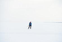 Schweden, Jamtland, Are, Annsjon, Tourist in Winterlandschaft
