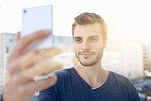 Portrait,Mann,halten,jung,Blendenfleck,lens flare,Smartphone