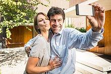 Außenaufnahme,Pose,Wohnhaus,reifer Erwachsene,reife Erwachsene,neu,Smartphone