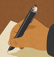 Mann schreibt mit Füllfederhalter im Gegensatz zu einem Mann am Laptop