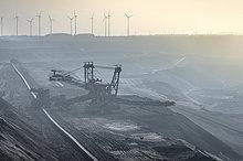 Deutschland, Nordrhein-Westfalen, Grevenbroich, Tagebau Garzweiler, Stapler und Windräder im Hintergrund