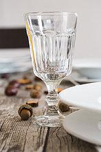 Kristall-Weinglas auf herbstlich gedeckter Tafel