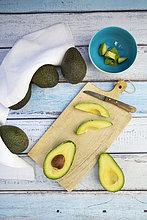 Ganze und geschnittene Avocado