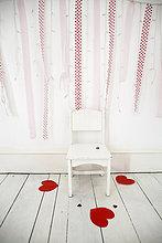 leer,Papier,Wand,Stuhl,schneiden,weiß,Beleuchtung,Licht,rot,Fotograf,Form,Formen,herzförmig,Herz,Studioaufnahme,Holzboden,Luftschlange,Fee