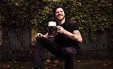 Mann,Garten,groß,großes,großer,große,großen,Bier