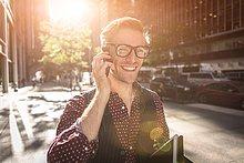 Vereinigte Staaten von Amerika,USA,spazierengehen,spazieren gehen,sprechen,Fröhlichkeit,New York City,Geschäftsmann,Straße,Großstadt,jung,Smartphone